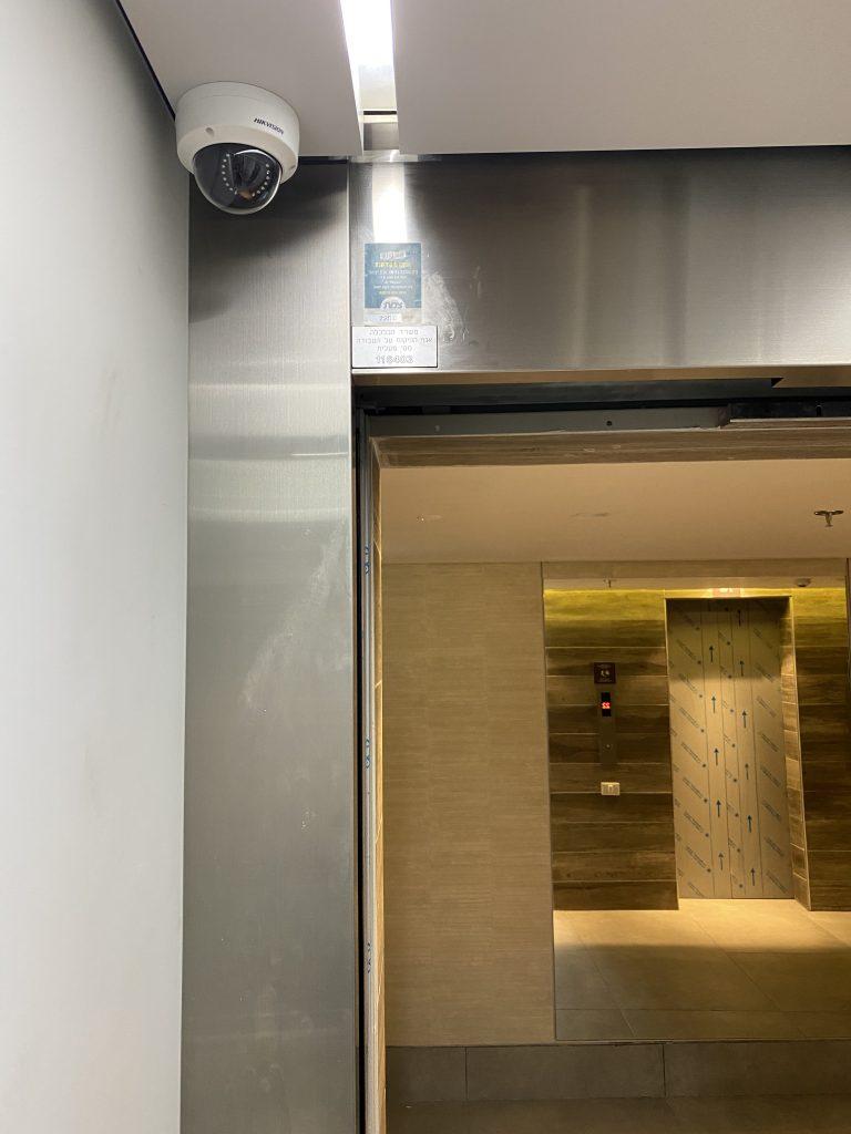 מצלמת אבטחה במעלית