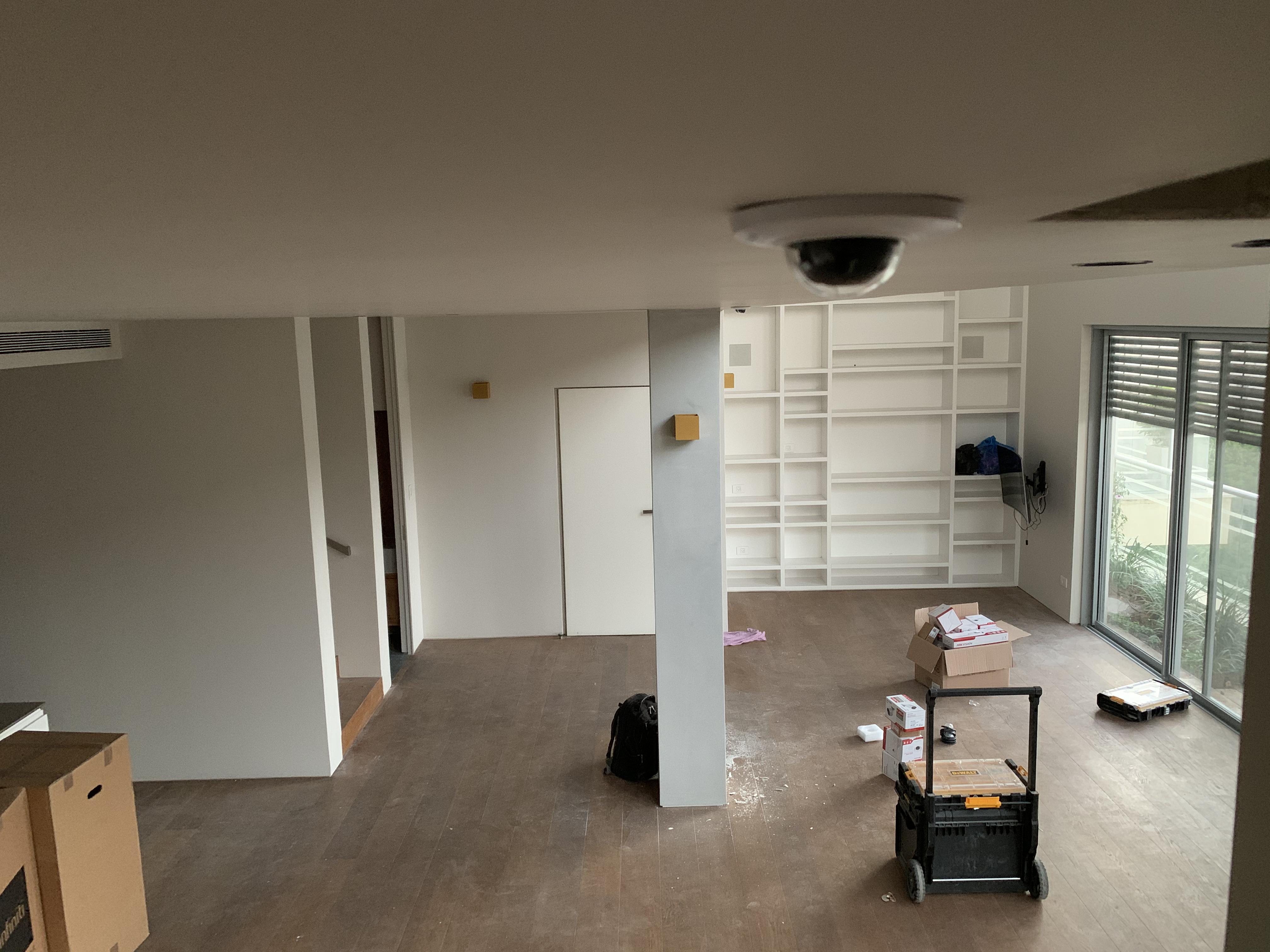 מצלמת אבטחה ביתית שקועה בגבס